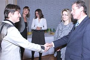 Heidrun Halbwirth und Wissenschaftsminister Karlheinz Töchterle, der ihr zu ihrer Erfindung eines umweltverträglichen Wirkstoffs gegen die Pflanzenkrankheit Feuerbrand gratuliert.