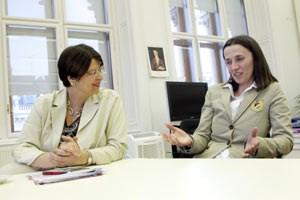 """Wiens Finanzstadträtin Renate Brauner (li.), ehemalige Teilzeitkraft Okanovic: """"Die einenhaben immer mehr Überstunden,die anderenkönnenvon ihrem Job nicht leben - das passt nicht zusammen."""""""