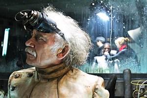 """Diesmal soll es mit dem Welteroberungsplan besser klappen: Tilo Prückner als Doktor Richter in Timo Vuorensolas Trash-Nazi-Groteske """"Iron Sky""""."""