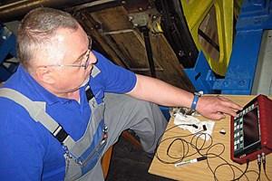 Alle fünf Jahre führt Zolles oben im Maschinenraum eine Ultraschallprüfung der Bolzen durch.