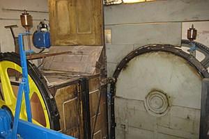 Die Kabinen rattern am oberen und unteren Wendepunkt in den anderen Schacht hinüber, ohne dabei umgedreht zu werden.