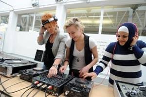 Petra Grosinic, Christina Steyskal und Elif Isik (v. li.) an den Turntables in der Brunnenpassage, wo sie gelernt haben, was es braucht, um DJane zu sein.