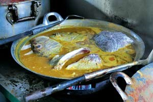 Auf der Insel treffen die kulinarischen Traditionen von Thais, Chinesen und Indern auf jene der buddhistischen und muslimischen Malaysier - die Folge ist eine abenteuerliche Vielfalt, die sich am besten auf den Straßenmärkten der Hauptstadt George Town erleben lässt: mit Kräutern und Curry aufgeladene Nudelsuppen, Frühlingsrollen, Fischkopfcurrys und vieles, vieles mehr.