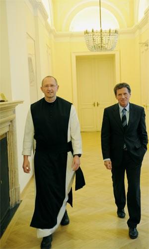 """Minister trifft Mönch: Karlheinz Töchterle ist die Anfütterungsdebatte zu blöd, Pater Karl Wallner ist sie fremd - es sei denn, """"einmal ausschlafen"""" zählt dazu."""