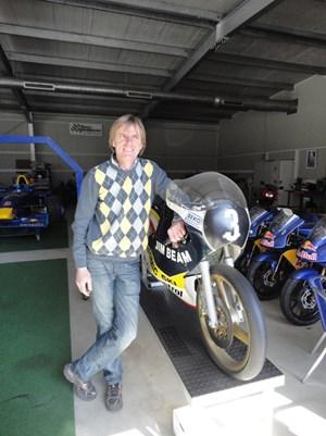 Gustl Auinger mit seiner 125er- Morbidelli in der Garage in Fohnsdorf. Sie ist im Ruhestand. Er nicht.