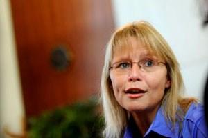 """""""Kein Elternteil vorenthalten"""", fordert Justizministerin Beatrix Karl. """"Keine Automatik bei Obsorge"""", hält Frauenministerin Gabriele Heinisch-Hosek dagegen."""