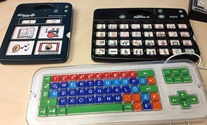 Komplexeres Sprachausgabegerät (re.). Unten: Tastatur mit Raster, das das gezielte Drücken von Tasten erleichtert.