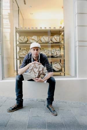 Josef Weghaupt, Wien, Naglergasse: Für sein doppelt gebackenes Joseph-Brot steht die Kundschaft bis auf die Gasse an.