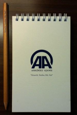"""Ein Logo, das man sich merken sollte: Anadolu erobert die Welt. """"Glaubwürdig, unparteiisch, ethisch, schnell"""", steht unter dem Firmennamen."""
