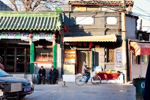 In ihrem antiken Siheyuan, einem Hofhaus östlich der Verbotenen Stadt, bietet sie Kochkurse an, in denen die Kunst des Jiaozi-Kochens und -Bratens gelernt werden kann.