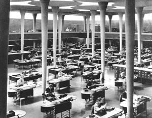 Frank Lloyd Wrights fesches Großraumbüro für das Johnson Wax Building in Wisconsin und seine von Steelcase produzierten Büromöbel. Erbaut wurde es von 1936 bis 1939.