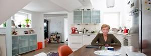 """""""Der primäre Anreiz einer so großen Wohnung ist, dass man sich viele Sessel kaufen kann."""" Christine Nöstlinger in ihrem Dachgeschoß in Wien-Brigittenau."""