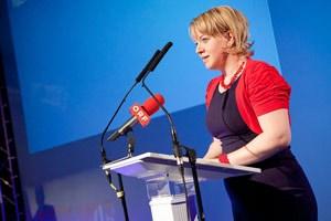 """Bettina Rausch spricht am Bundestag der Jungen ÖVP in Graz, wo das """"Demokratiepaket"""" präsentiert wurde."""