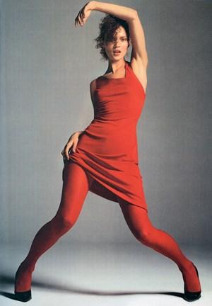 """Jung, schmal, rot: Kate Moss im fernen 1996 in Mode von Versace. Fotografiert hat sie Richard Avedon, entnommen ist das Bild dem Band """"The Naked & The Dressed"""" (Schirmer/Mosel)."""