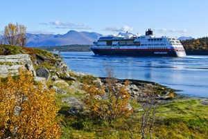 Die Hurtigruten-Schiffe transportieren noch immer Waren. Und die Touristen bestaunen derweilen die Lofoten und die Vesteralen.
