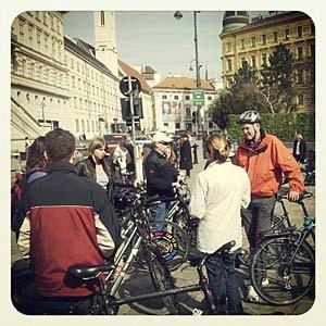 Mit der Touristengruppe am Platz vor der Albertina.