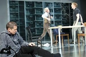 Zum Davonrennen: James Tyrones (Helmuth Lohner, Mitte) und seiner Söhne (Michael Dangl, Markus Gertken, rechts) Heim.