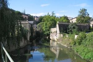 In Luxemburg-Stadt blickt man von der Oberstadt auf die dörflich wirkende Unterstadt, durch die sich das Flüsschen Alzette schlängelt.
