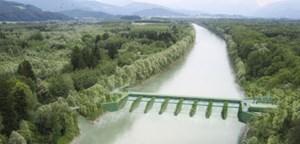 Das ist der Plan eines neuen Salzach-Kraftwerks bei Acharting (Flachgau) und Surheim (Bayern). Die Österreichisch-Bayerische Kraftwerke AG (ÖBK) wird es errichten. Sie ist eine Tochter des Verbunds und des deutschen Energieriesen E.ON.
