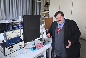 """""""Ein Labor ist nichts Spannendes"""", sagt """"Science Buster"""" Werner Gruber zum SCHÜLERSTANDARD und zeigt dennoch stolz seinen Arbeitsplatz. Noch wohler würde er sich aber auf einer Bühne in Las Vegas fühlen. Bühnenerfahrung sammelte er im Rabenhof-Theater und im ORF."""
