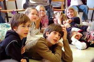 Doris Kittler zeigt 25Schüler zwischen sechs und zehn Jahren verschiedener Herkunft und mitunterschiedlichsten Bedürfnissen, die gemeinsam unterrichtet und dochindividuell betreut werden.