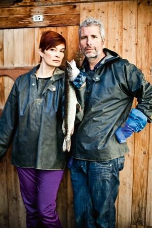 Dirk Stermann hat sich von Christiane Kada (li.) zeigen lassen, wie und warum Fisch aus heimischer Teichwirtschaft nicht nur richtig, sondern auch gut ist.