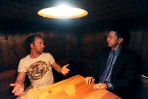 Roman Mählich (li.) und Georg Pangl unterhalten sich angeregt im Keller. Natürlich über den Fußballsport.