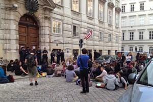 Warten auf Töchterle: Protest erst im, dann großteils vor dem Ministerium