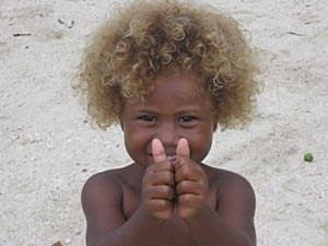 Eine spezielle DNA-Mutation auf Chromosom neun verleiht diesem jungen Einwohner der Salomon-Inseln seine blonde Haarpracht.
