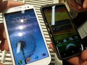 Hier im Vergleich mit einem HTC One X, die Abmessungen der beiden Geräte sind sehr ähnlich. Das Galaxy S III ist etwas länger und eine Spur breiter, dafür auch leicht dünner. Auch das Gewicht unterscheidet sich nur um drei Gramm.
