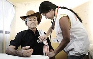 In Bolivien sind 3,7 Millionen Menschen gefährdet an Chagas zu erkranken, rund 1,8 Millionen Menschen sind schon erkrankt. Chagas ist ein leiser Killer: Die betroffenen Menschen wissen nicht, dass sie krank sind, bis sie Herz- und Magaen-Darm-Probleme bekommen und ihre Gesundheit schon stark angegriffen ist.