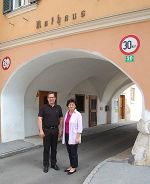 Gegen die Fusion regt sich Widerstand in Mureck. Bürgermeister Josef Galler und Vizebürgermeisterin Waltraud Sudy sammeln Unterschriften.