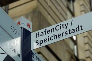 Anreise: Ab Wien täglich sechs bis acht Direktflüge nach Hamburg (Austrian, Air Berlin, Lufthansa; Flugzeit: 1:31 Stunden) und zwei Züge. Untertags mit dem ICE binnen 9:13 Stunden nach Hamburg-Hauptbahnhof oder äber Nacht in 12:02 Stunden mit ÖBB-EuroNight (Mitnahme von Auto, Motorrad oder Fahrrad möglich), jeweils mit Zustiegsmöglichkeiten in St. Pölten und Linz. Ab Hamburg-Airport mit der S-Bahn im Zehn-Minuten-Takt via Station Ohlsdorf zum Hauptbahnhof (S1, Fahrzeit 25 Minuten). Viele Ermäßigungen und freie Fahrt mit Bus, S- und U-Bahn mit der Hamburg-Card (1, 3 oder 5 Tage).