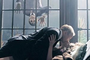 """Durstiger Beobachter beim Liebesspiel: Vampir Johnny Depp kommt in Tim Burtons """"Dark Shadows"""" mit zweihundertjähriger Verspätung in der Gegenwart der 1970er-Jahre an."""