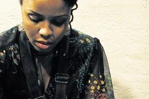 Thematisiert die eigene Familiengeschichte: die Saxofonistin Matana Roberts.