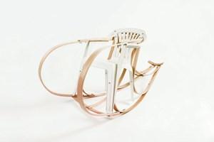 """Traum oder Albtraum für Michael Thonet? Das Trio Breaded Escalope spielt im Rahmen ihres Projekts """"Love me bender"""" mit dem Massenobjekt und Plastiksessel """"Monoblock"""" und stellen ihm ihre Interpretation von Manufakturarbeit in Form einer Bugholzkonstruktion gegenüber."""
