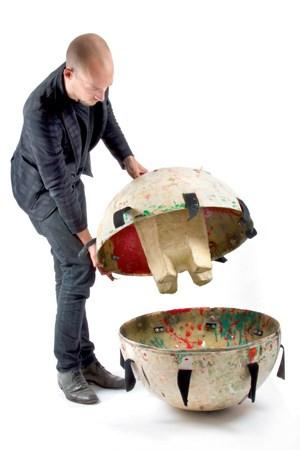 Eine Form in einer Kugel wird mit Kunststoff befüllt und dann möglichst fest gerollt, gezogen oder gekickt, ehe das Material aushärtet.
