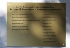 Gedenktafel für die 20 jüdischen Einwohner, die von den Nazis ermordet oder vertrieben wurden, an der Eingangstür des Hauses Ybbsstraße 6.