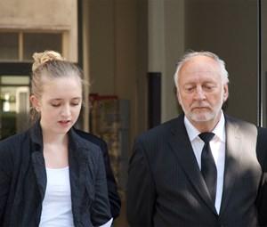 Dietmar Larcher mit Enkelin Livia Egyed bei der feierlichen Präsentation der Tafel. Agnes Larcher war krankheitsbedingt verhindert.