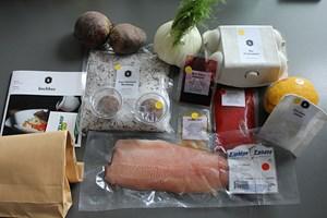 Der Inhalt der ersten Kochbox: Farbcodes kennzeichnen die Zugehörigkeit der Zutaten zum jeweiligen Gang.