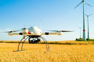 Mit Mini-Drohne und Wärmebildkamera kann z. B. ein Dachdecker Problemzonen finden.