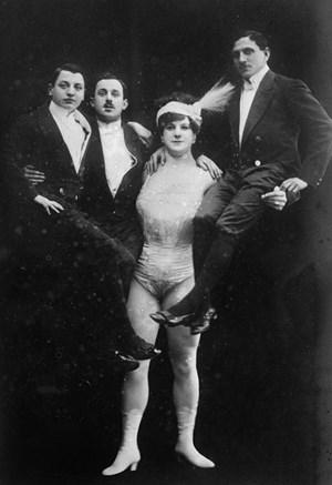 Eine Frau, die Männer auf den Arm nimmt: Katie Sandwina als The Lady Hercules.
