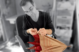 Michel Heurtault beim Finissieren mit Nadel und Faden.