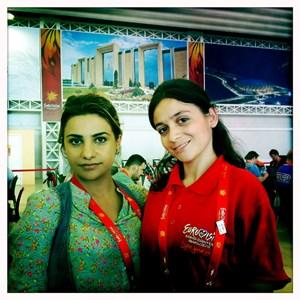 """Sami Abijera der aserbaidschanischen TV-Station Yurd TV (links) und ihre Übersetzerin (rechts): """"Stolz darauf, den ESC in unserem Land auszurichten!"""""""