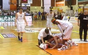 Eine spielentscheidende Szene: Dukes-Kapitän Damir Hamidovic bekam von Gmundens Curry einen Ellbogen ins Gesicht und sackte zu Boden. Dafür gab es ein unsportliches Foul, was die Swans aus dem Spiel brachte.