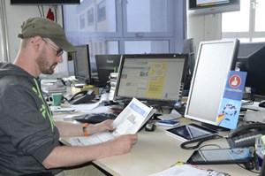 Günter Felbermayer, Chef vom Dienst bei DiePresse.com, kann offensichtlich nicht über einen Mangel an digitalen Geräten klagen. Die Zeitung steht aber auch hier klar im Mittelpunkt.