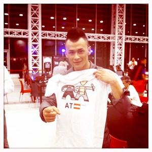 Lukas zeigt sich vor dem Semifinale im Pressezentrum und freut sich über ein T-Shirt-Geschenk eines britischen Fans.