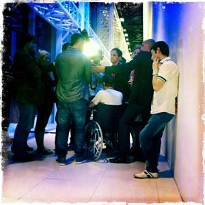 Medienauflauf, als sich die Trackshittaz den Fragen stellen. Manuel nach Kreuzbandriss im Rollstuhl.