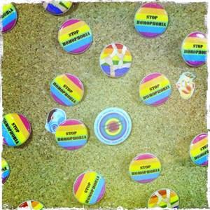 Buttons, die in Baku verteilt werden.