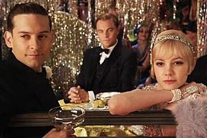 """Leonardo DiCaprio (M., zwischen  Tobey Maguire  und Carey Mulligan)  in großen Fußstapfen: 1974 hatte Robert Redford als """"The Great Gatsby"""" nachhaltige Wirkung auf Modemagazine ausgeübt, das Twenties-Revival blühte vollends auf."""